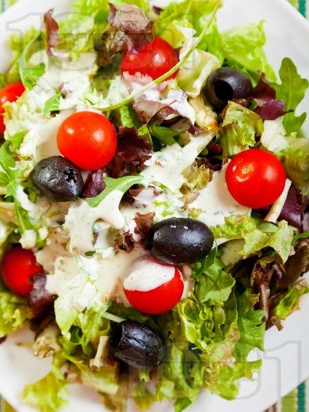 Салата с марули, чери домати и маслини - снимка на рецептата